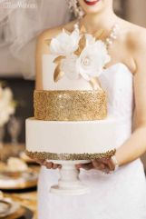 tort weselny magnolia biel złoto | white and gold magnolia wedding cake