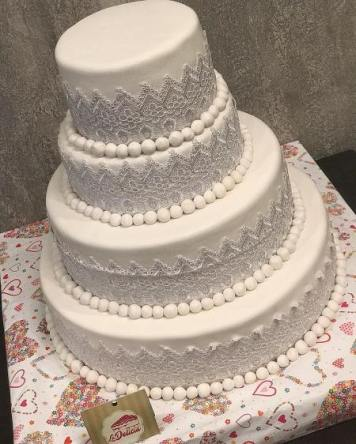 lace and pearls white wedding cake