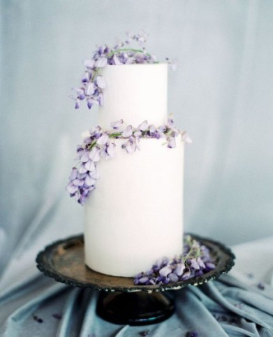 minimal wedding cake with whisterias
